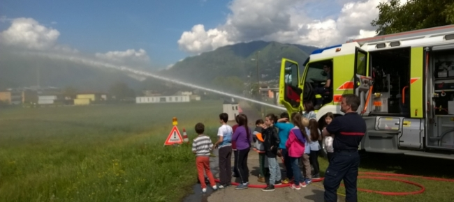 Gli enti di soccorso si mostrano agli allievi della scuola elementare