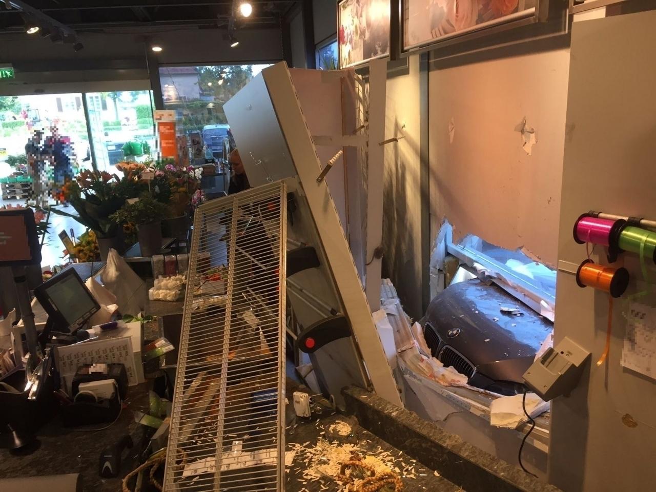 Ticinonline sfonda la facciata di un negozio con l 39 auto for 2 negozio di storie con alloggi