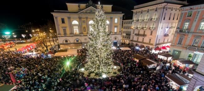 Lugano Natale.L Albero Di Natale Illumina Piazza Della Riforma Ticinonline