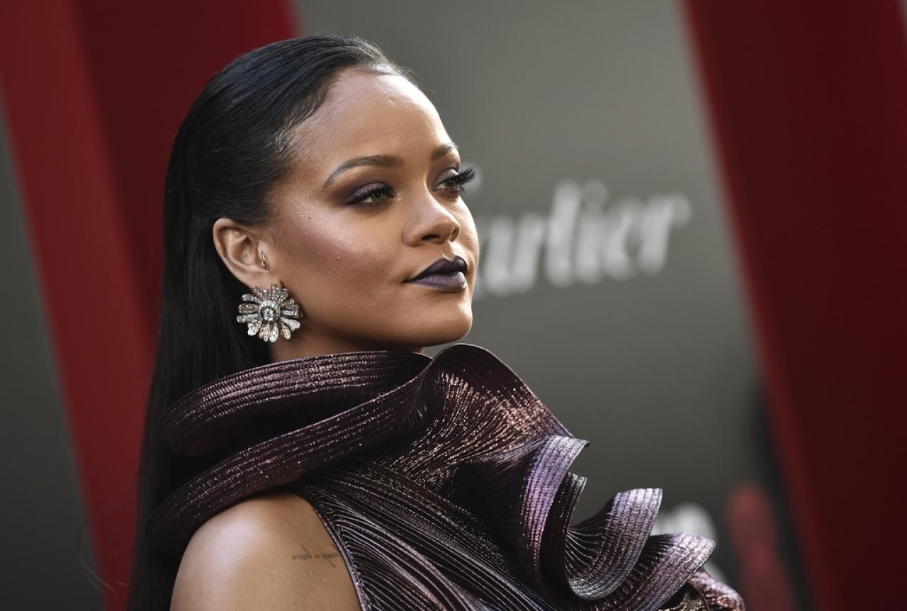 Rihanna prova i look delle sue sopracciglia su delle sosia