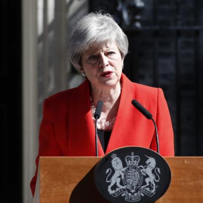 Politica, Theresa May esce in lacrime dalla scena. La GB fa retromarcia