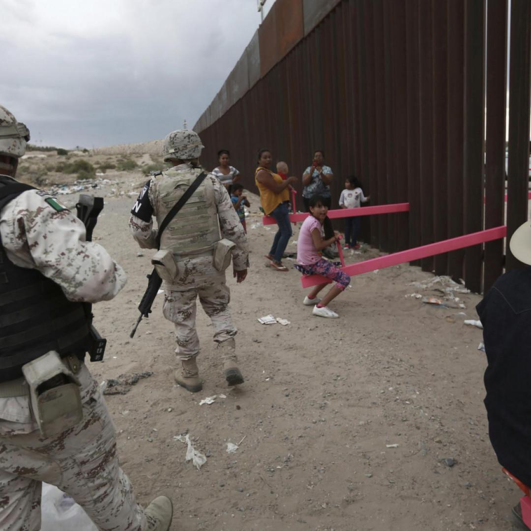 """Come Abbattere Un Muro altalene rosa per """"abbattere"""" il muro col messico - ticinonline"""