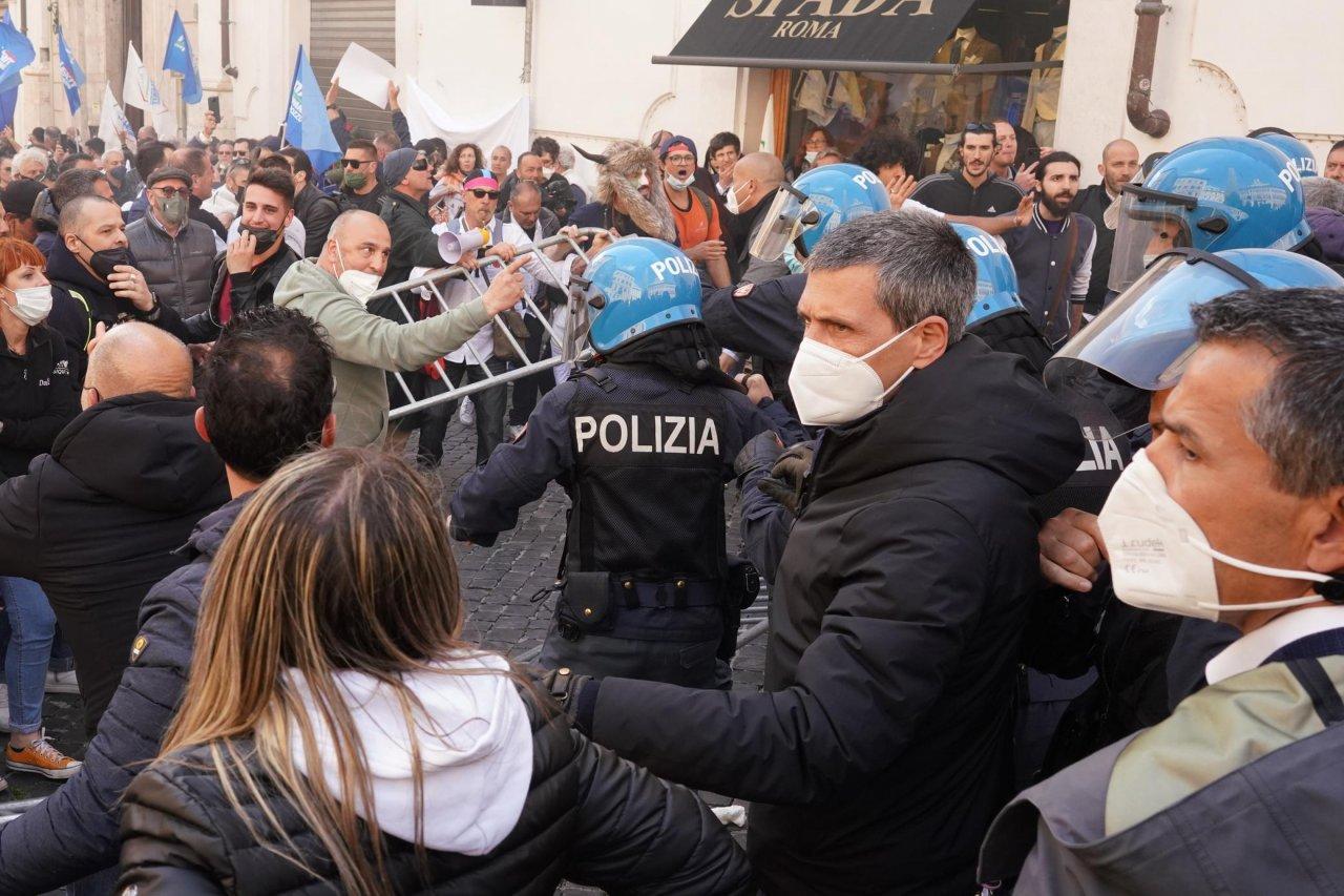 La protesta degli ambulanti: tensioni e scontri con la polizia a Roma -  Ticinonline